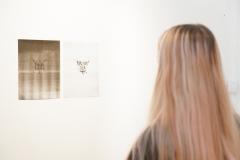 """17.10.2018 Szczecin 13 Muz Galeria Jedna/Druga, wernisaż wystawy """"zaopiekuj się mną"""" Anny Witkowskiej i Adama Witkowskiego (malarstwo olejne / flaga)  Fot. Robert Stachnik"""